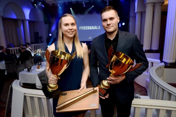 Pesäpallokauden parhaina palkittiin Jyväskylän Kirittärien Emma Körkkö ja Manse PP:n Tuomas Jussila. Lehtikuva / Mikko Stig