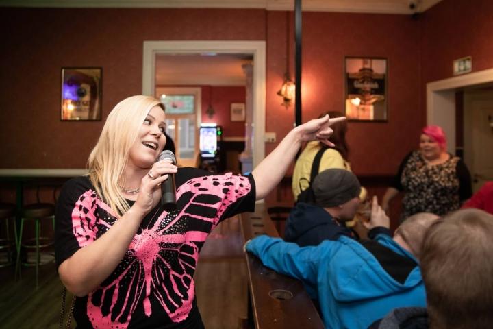 Liisa Ikonen täräytti Suvannon Santran karaokessa Dingon hittibiisin Levoton Tuhkimo. Baarissa oli tunnelmaa, sillä ihmiset yhtyivät mukaan lauluun sankoin joukoin.