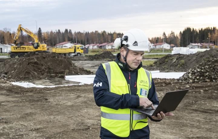 Area-koti Oy:n toimitusjohtaja Juha Jääskeläinen sanoo, että Joensuun seudulla löytyy vielä ammattitaitoisia kirvesmiehiä rakennusalalle, mutta Etelä-Suomessa niistä on jo pula. - Täällä on vielä ammattiylpeyttä jäljellä enemmän.
