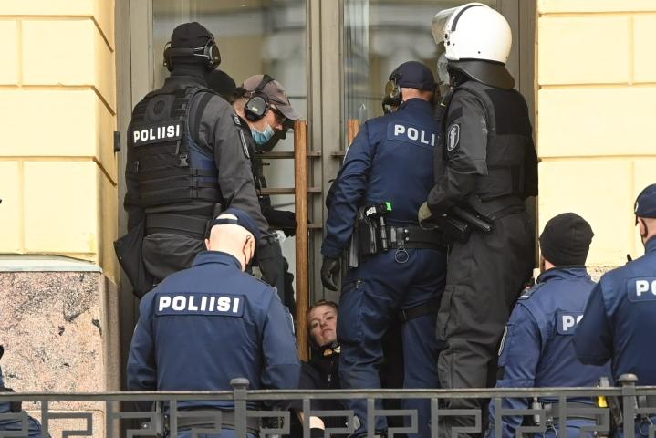 Elokapinan mielenosoittajat lukittautuivat aamupäivällä Helsingissä Valtioneuvoston linnan edustalle tukkien pääsisäänkäynnin. LEHTIKUVA / ANTTI AIMO-KOIVISTO
