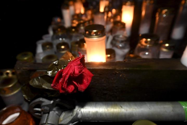 Koskelan henkirikos tapahtui viime joulukuussa. Kuvassa muistokynttilöitä ruumiin löytöpaikalla viime vuoden lopulla. LEHTIKUVA / VESA MOILANEN