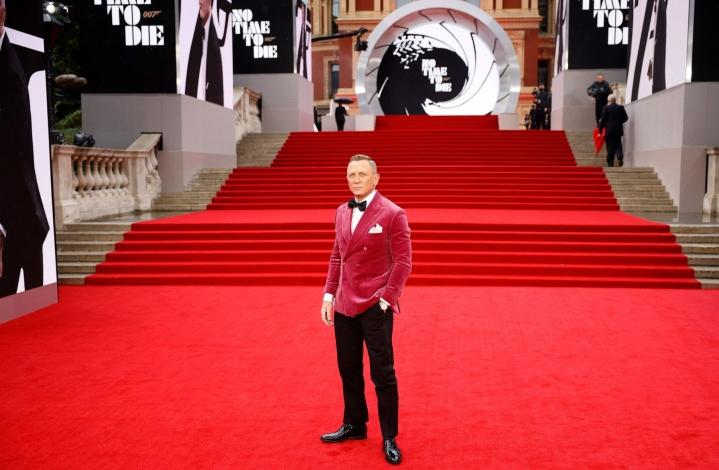 Daniel Craig punaisella matolla No Time to Die -elokuvan maailmanensi-illassa Lontoossa. LEHTIKUVA/AFP