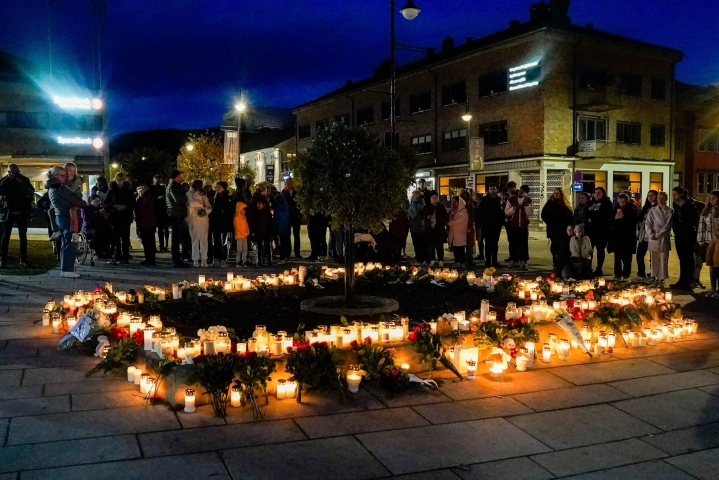 Ihmiset toivat kukkia ja kynttilöitä uhrien muistoksi Norjan Kongsbergissä torstaina. Lehtikuva/AFP