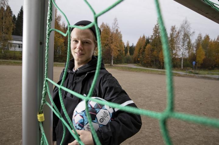 Urho Nissilä aloitteli peliuraansa Kuopiossa Aurinkorinteen koulun hiekkakentällä, jossa harjoitteli KuPSin kaupunginosajoukkueista Ketut.