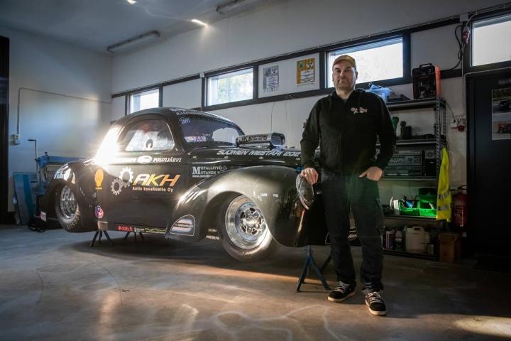 Pekka Junninen kiihdytti Willys Coupen SM-kisan voittoon kolmen kisaviikonlopun yhteistuloksissa. Työpajassa ei tarkkoja tunteja auton virittämiseen lasketa.