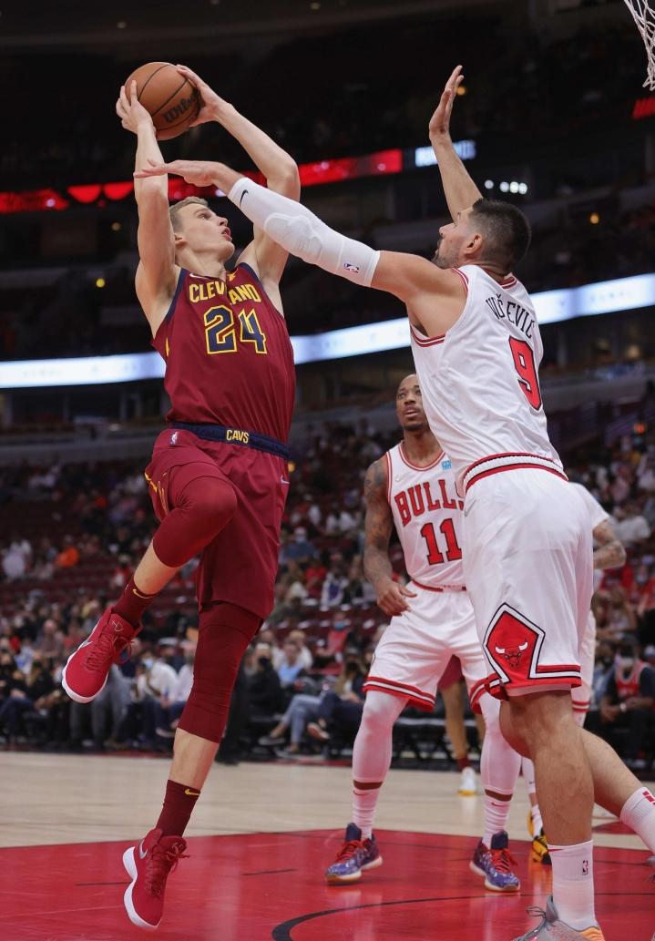 Lauri Markkanen teki harjoituspelissä yhteensä Cavaliersille 13 pistettä. Vastassa oli entinen kotiseura Bulls, kuvassa vastassa Nikola Vucevic. LEHTIKUVA / AFP