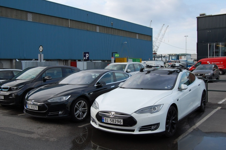 Norjassa alle viisi prosenttia viime kuussa rekisteröidyistä uusista autoista oli bensiini- tai dieselkäyttöisiä. Kuvassa sähköautoja pysäköitynä Norjan pääkaupungissa Oslossa. LEHTIKUVA/AFP