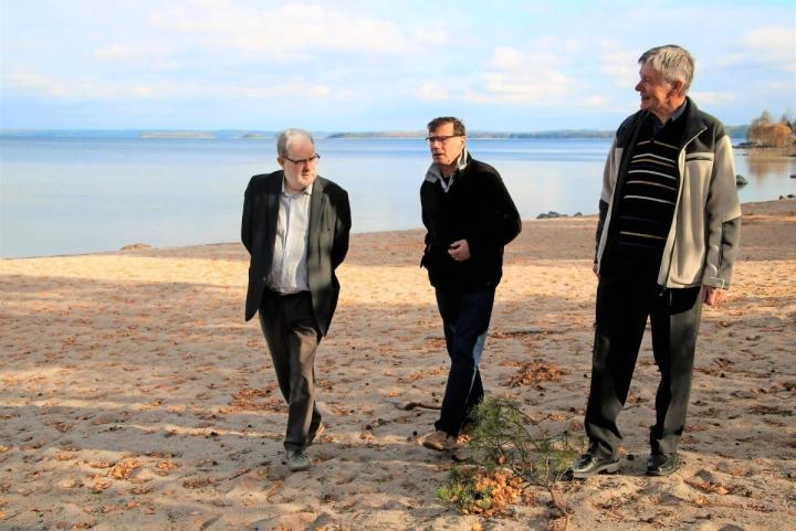 Puruveden taloudellinen arvo on nyt tiedossa. Selvityksen tekijä Timo Kivistö (vas.), Pro Puruveden hallituksen jäsen Kari Lindström ja puheenjohtaja Reijo Jantunen ihailemassa Puruveden hiekkarantoja Ruokkeen lomakylässä.