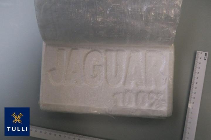 Saksasta saapuneesta ajoneuvoyhdistelmästä takavarikoitiin vajaat 11 kiloa kokaiinia. LEHTIKUVA / Handout / Tulli