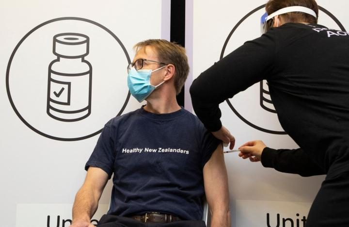 Ennen deltavariantin saapumista Uusi-Seelanti onnistui estämään koronatartunnat liki täysin. Maan terveyspalveluiden johtaja Ashley Bloomfield kävi rokotuksessa elokuussa. LEHTIKUVA / AFP