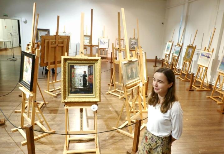 Albert Edelfeltin maalaaman Nainen parvekkeella teoksen nainen voi hyvinkin olla kuuluisa Virginie, tietää taidehistorioitsija Sandra Lindblom.