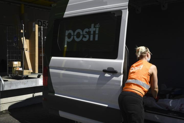 Posti aloittaa laajennetun lauantaijakelunsa tänään varautuakseen ennätysmäisen suureksi povattuun pakettisesonkiin. LEHTIKUVA / Emmi Korhonen