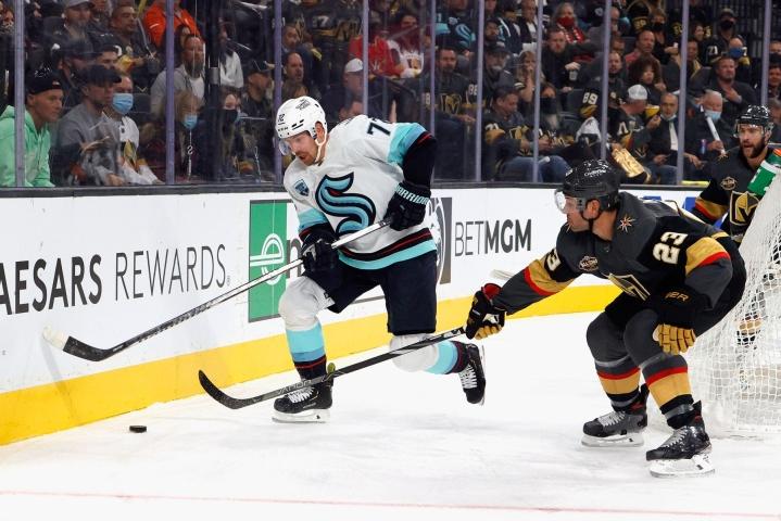 Joonas Donskoi avusti Seattle Krakenia seuran ensimmäisessä NHL-maalissa. LEHTIKUVA/AFP