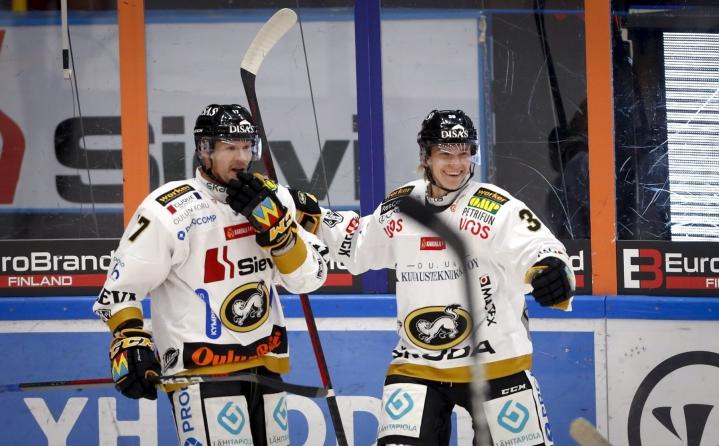 Teknologiayhtiö Uros on sponsoroinut jääkiekkoseura Kärppiä (kuavssa) ja Tampereelle nousevaa tapahtuma-areenaa samaan aikaan, kun se on hakenut lyhennysvapaata lainoihin. LEHTIKUVA / Kalle Parkkinen