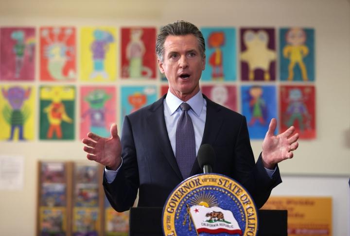 Koronarokotukset tulevat pakollisiksi kaikille koululaisille Kalifornian osavaltiossa. Kuvassa Kalifornian kuvernööri Gavin Newsom. LEHTIKUVA/AFP