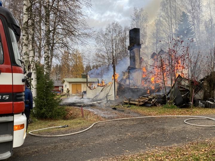 Talo tuhoutui palossa.