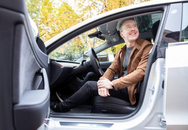 Joensuulainen Simo Kettunen vuokraa Teslaansa 140 euron vuorokausihintaan.