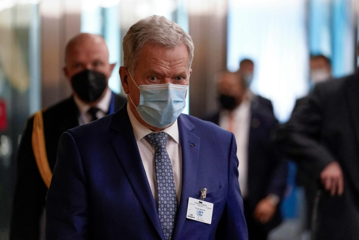 Niinistö tviittaa, että syy maskin käyttämiseen on se, ettei hän halua viedä koronaa kotiin. Lehtikuva/AFP