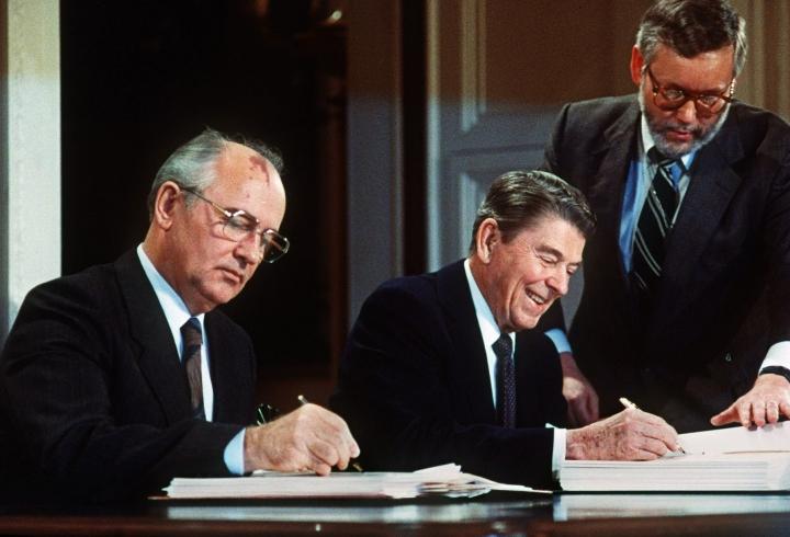 Vuonna 1987 Neuvostoliiton Mihail Gorbatshov ja Yhdysvaltain presidentti Ronald Reagan allekirjoittivat sopimuksen ydinohjusten vähentämisestä.  LEHTIKUVA / AFP