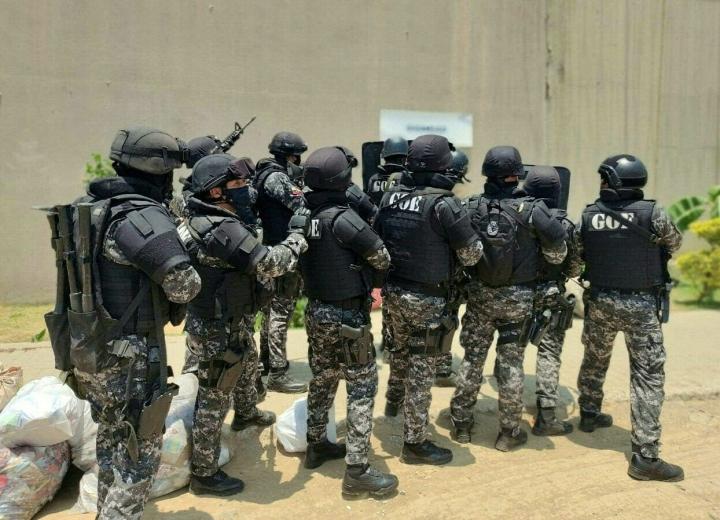 Guayaquiliiin lähetettiin satoja poliiseja ottamaan vankila haltuun. LEHTIKUVA/AFP/HANDOUT
