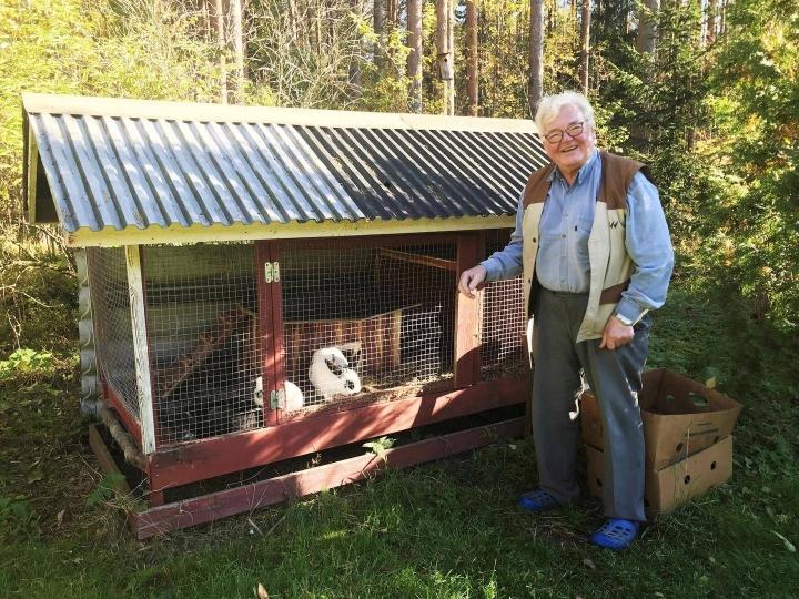 Jukka Junnola tuntee eläneensä rikkaan elämän. Hän käy päivittäin tervehtimässä kahta lemmikkikaniaan.