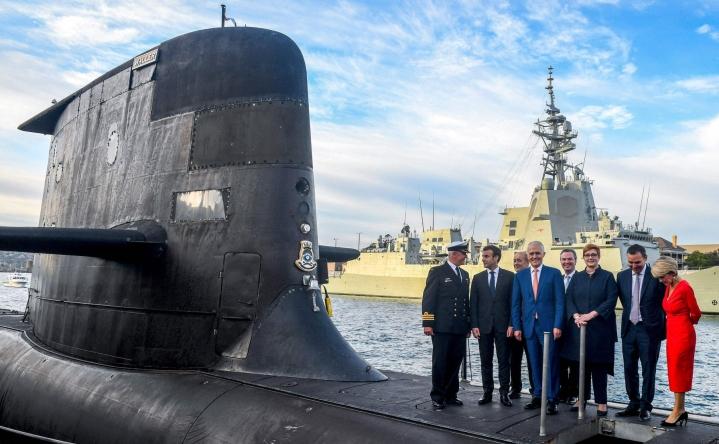 Presidentti Macron (toinen vasemmalta) ja Australian silloinen pääministeri Malcom Turnbull poseerasivat HMAS Waller -sukellusveneen kannella Sydneyssä vuonna 2018. LEHTIKUVA/AFP