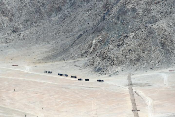 Intias sotilaita kävelemässä Ladakhin alueella viime vuoden kesäkuussa. LEHTIKUVA/AFP