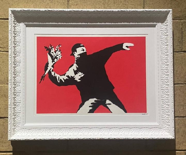 Katutaiteilija Banksyn teoksia oli kesällä esillä Mäntässä A Visual Protest -näyttelyssä.