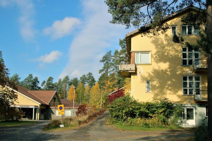 Myytävänä oleva terveyskeskus (vas.) on rakennettu 1980-luvun alussa ja vanhainkoti 1950-luvulla.