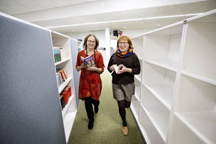Lukemiseen voi kannustaa jo sillä, että koulussa on kirjahyllyt ja kirjoja esillä. Annamari Saure kävi katsomassa Suvi Kaipasen opetustiloja lahtelaisen Lähteen koululla.