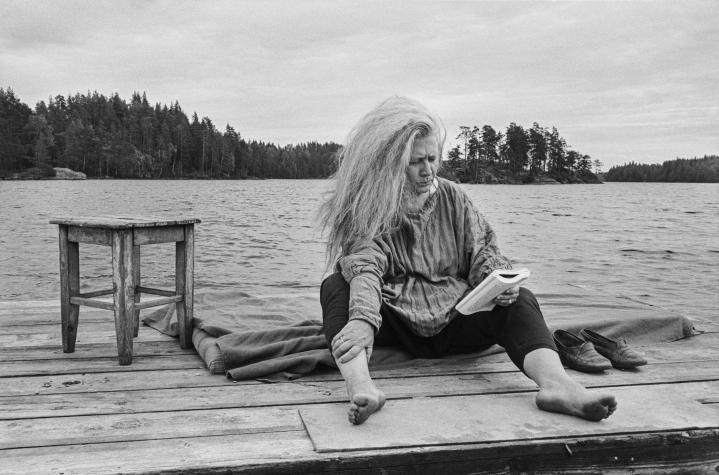 Outi Heiskasen näyttelyssä Ateneumissa nähdään myös hänestä otettuja valokuvia. Sakari Viika kuvasi Heiskasen Syysjärvellä vuonna 1988.