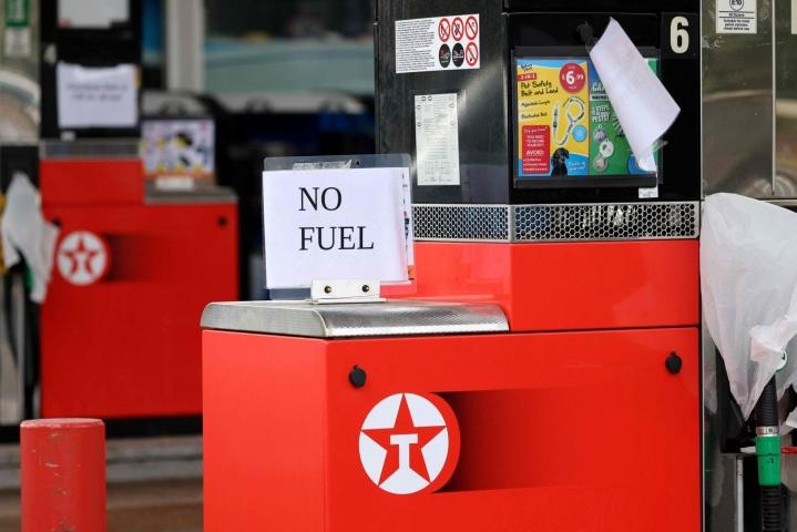 Britannian huoltoasemilla on nähty tällä viikolla pitkiä autojonoja pelätyn polttoainepulan vuoksi. Hallituksen mukaan kriisin taustalla on polttoaineen valtava kysyntä ja pula säiliöautojen kuljettajista. LEHTIKUVA/AFP