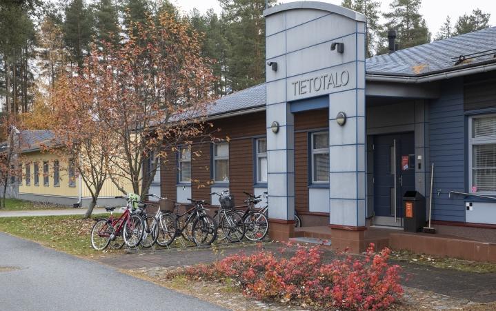 Steinerkoulun kannatusyhdistys vuoraa Riverian käytöstä vapautuneet Tietotalon ja Maatalon.