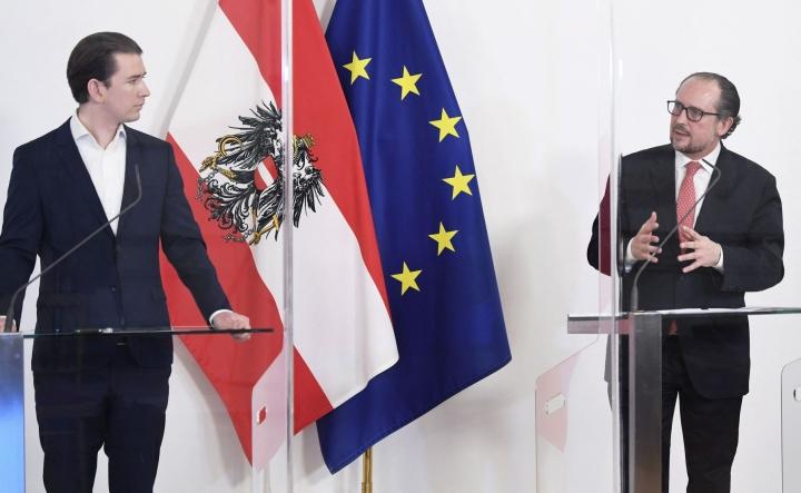 ÖVP:tä edustava ulkoministeri Alexander Schallenberg (oik.) siirtyy liittokansleriksi tehtävästä eronneen Sebastian Kurzin (vas.) tilalle.  LEHTIKUVA/ AFP