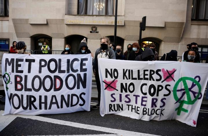 Mielenosoittajat odottivat viime viikolla tuomitun poliisin tuomiota Lontoossa. LEHTIKUVA / AFP