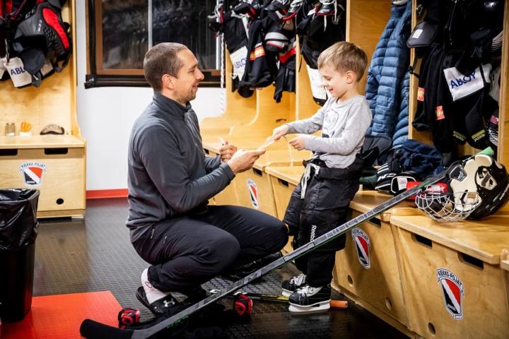 JoKP:n kapteeni Esa Lehikoinen viisivuotiaan poikansa Kallen kanssa luistelukoulun harjoitusten jälkeen.