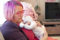 """Lehmolaisen reborn-nukkeharrastajan Minna Kaakkusen, 44, kodissa eletään jatkuvasti vauvakuplassa - """"Joillekin nämä ovat liian oikeannäköisiä"""""""