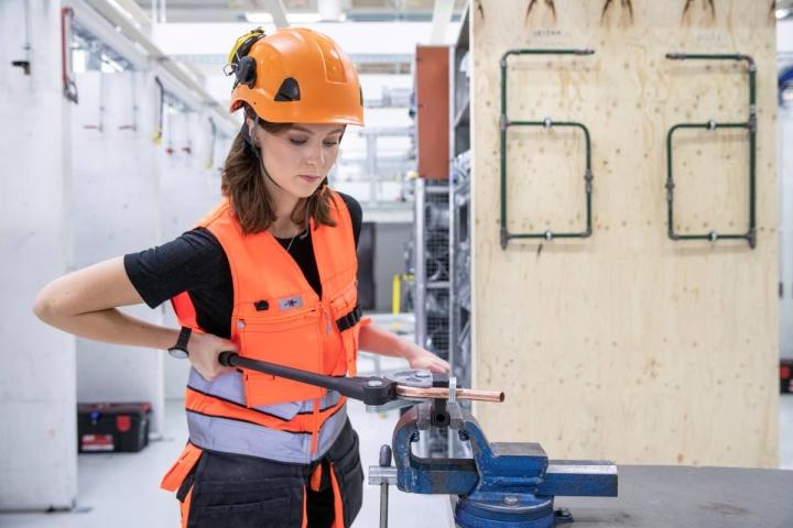 Ida-Maija Vartiainen opiskelee Riveria-ammattioppilaitoksessa talotekniikka-alaa. Harjoitustyönä hän kytkee lämmitysvaraajan ja suihkutermostaatin vesiverkkoon. Rakennelma tarvitsee enää poistoputken, jonka osan hän taivutti S-kirjaimen muotoon.