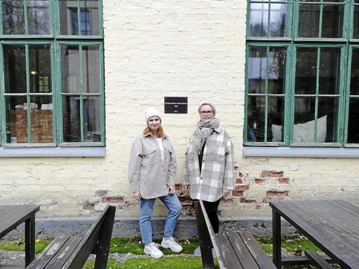 """""""Mathildedalin sesonki kestää keväästä syksyyn. Vilkkainta on kesällä"""", sanoo Krista Gustafsson (vas.), joka luotsaa Hotel & Café Mathildedalia. Tytär Ada Tammi opiskelee Helsingissä mutta työskentelee paljon kahvilassa ja vastaa muun muassa sen tuotekehittelystä."""