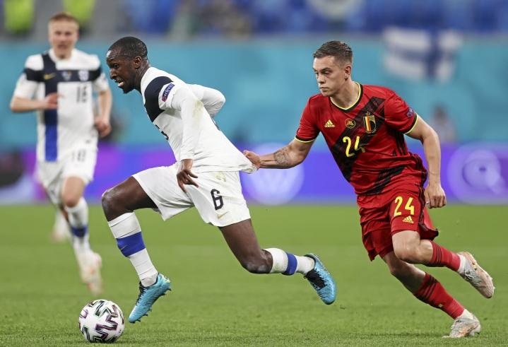 Glen Kamara ohittaa Belgian Leandro Trossardin EM-kisojen ottelussa kesäkuussa Pietarissa.