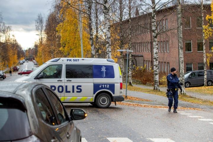 Poliisi eristi Nurmeksen kaupungintalon korttelin matkalta.