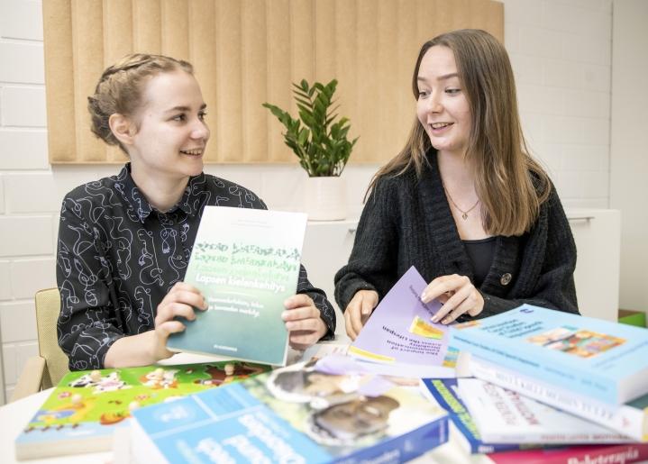 Logopedian opiskelijat Anniina Heinonen (vas.) ja Meeri Rimpi muuttivat Pohjois-Karjalaan ja Joensuuhun noin pari kuukautta sitten.