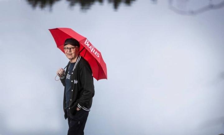 Heikki Ursin kerää Beatles-tavaraa.