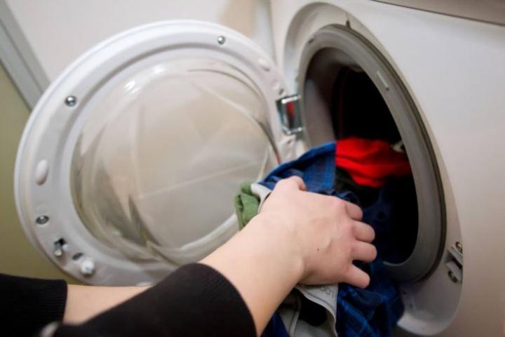 Pyykit kannattaa laittaa kuivumaan sisälle helteellä.