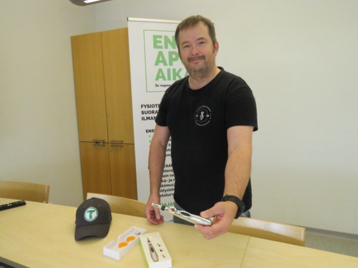 Mika Mustonen esittelee asiakkaan käyttöön annettavaa laitetta, jonka avulla akupunktiohoitoa voi antaa verkon välityksellä. Tämä on yksi niistä etäpalveluista, joita nurmeslainen perheyritys kehitti koronasulun aikana, ely-keskuksen myöntämän kriisirahoituksen turvin.