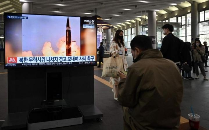 Pohjois-Korean ohjustesteistä uutisoitiin myös Soulin rautatieasemalla Etelä-Koreassa. Lehtikuva/AFP