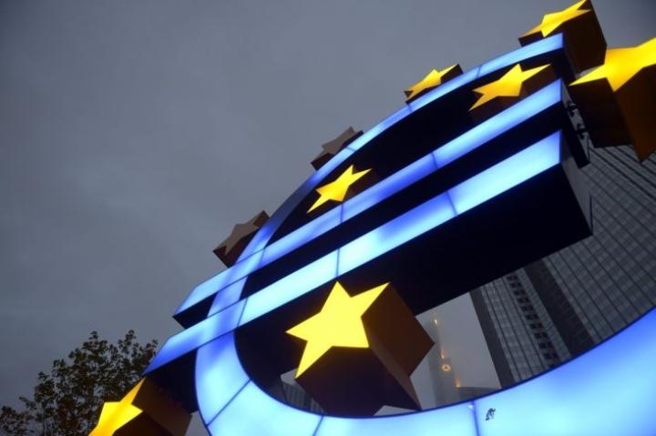 Euron logo Euroopan keskuspankin pääkonttorin ulkopuolella Frankfurtissa. LEHTIKUVA / MARTTI KAINULAINEN