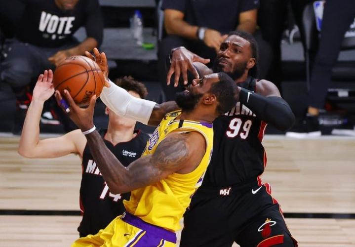 Los Angeles Lakersin Lebron Jamesista voi tulla nelinkertainen NBA-mestari lauantain vastaisena yönä Suomen aikaa. Miami Heat on pakkovoittojen edessä. LEHTIKUVA / AFP