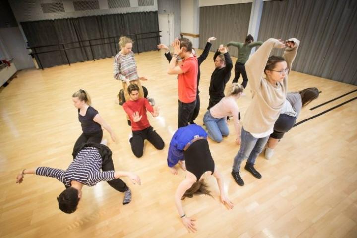Arkistokuvassa Outokummun 1. vuosikurssin tanssinopiskelijat valmistautuivat ensimmäiseen yhteiseen esiintymiseensä marraskuussa 2016.