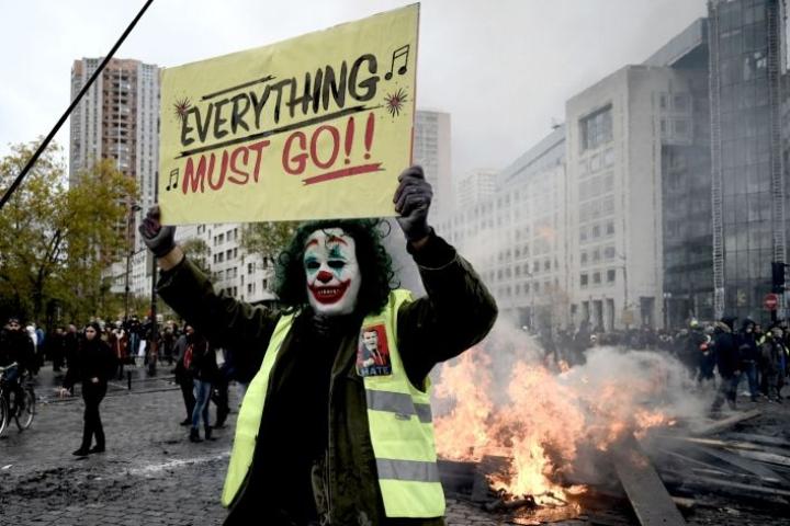 Uutistoimisto AFP:n kirjeenvaihtajan mukaan mielenosoittajat ovat heitelleet kiviä sekä sytyttäneet tuleen roska-astioita ja katolleen käännetyn auton. LEHTIKUVA/AFP
